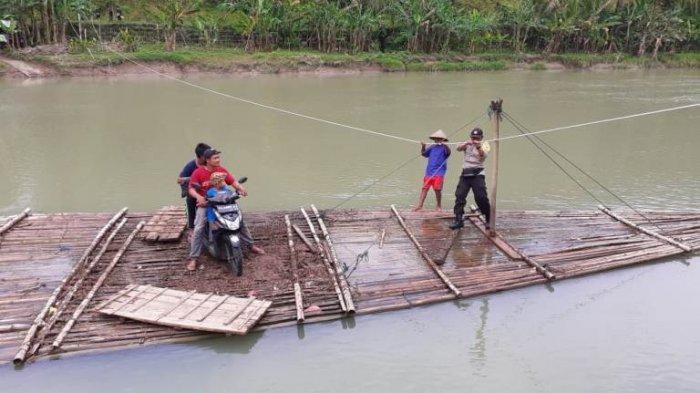 Kisah Sukir 7 Tahun Jadi Penarik Getek di Sungai Lukulo Kebumen