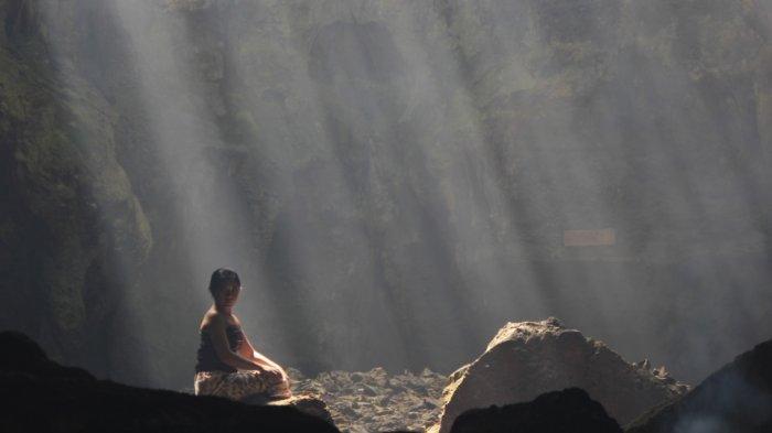 Berfoto di Tirai Cahaya yang Instagramable di Goa Terawang Blora