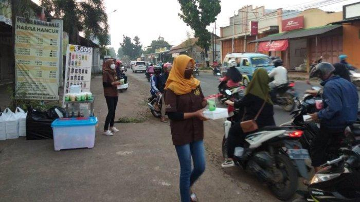 Goklat Bagikan Ratusan Paket Takjil Untuk Pengguna Jalan di Mayong Jepara