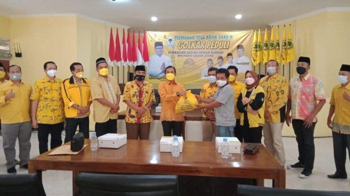 Pengurus DPD Partai Golkar Jawa Tengah menyerahkan paket daging kurban dalam rangka Golkar Peduli di Kantor DPD Partai Golkar Jawa Tengah, kemarin.