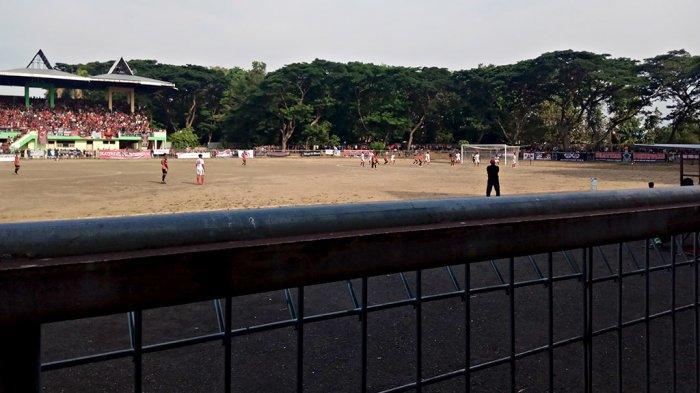 Penampakan dalam stadion GOR Tri Sanja Slawi yang merupakan markas dari Persekat Kabupaten Tegal.