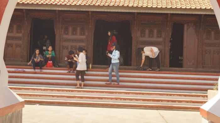 Pengunjung dapat menikmati anjungan daerah yang dibuka untuk umum sekadar untuk berfoto atau mengenal daerah tersebut