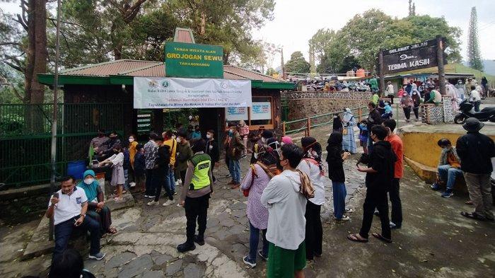 Grojogan Sewu Tawangmangu Diserbu Wisatawan, Petugas Pontang-Panting Cek Suhu Tubuh