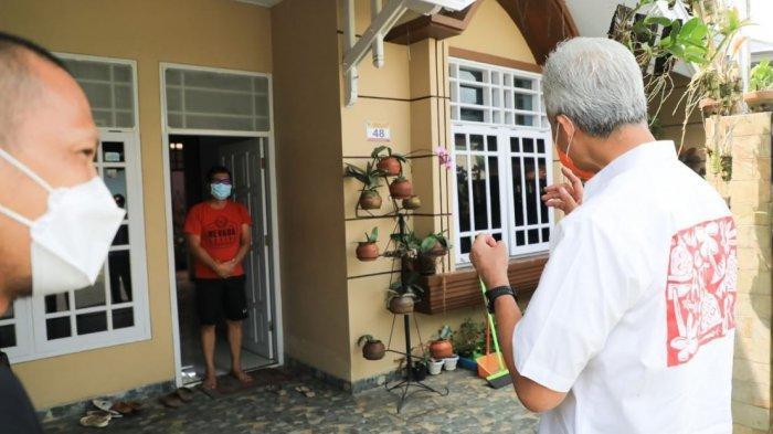 Gubernur Jawa Tengah Ganjar Pranowo saat berkunjung ke Perumahan RSS Sidokerto Pati yang tengah lock down, Rabu (12/5/2021).
