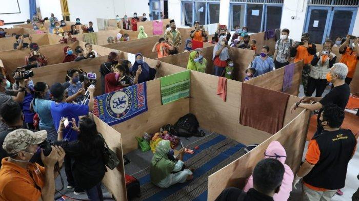 Gubernur Ganjar saat meninjau lokasi pengungsian yang menerapkan pembatasan dengan bilik bersekat triplek di Magelang.