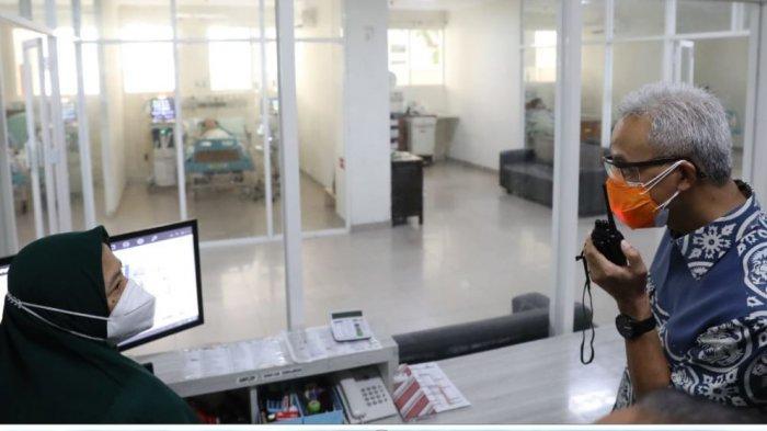 Gubernur Jateng Ganjar Pranowo melihat penanganan pasien Covid-19 di RSUD Dr R Soetrasno, Kabupaten Rembang, Rabu (21/7/2021).