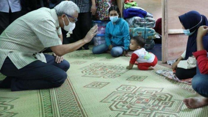 Nama Bayi Berpenutup Kepala Merah Ini Kagetkan Ganjar saat Menengok Pengungsi Merapi: Keren Lho