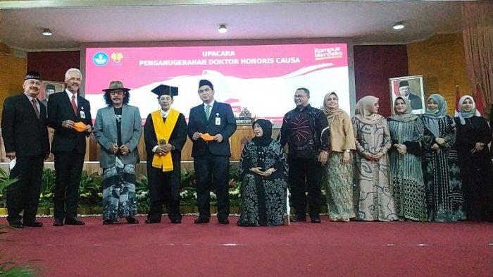 Gubernur Jawa Tengah, Ganjar Pranowo, dan Wakil Gubernur Jawa Tengah, Taj Yasin Maemun, memberi ucapan selamat kepada Habib Lutfi bin Yahya, usai upacara penganugerahan gelar kehormatan honoris causa (HC) di Auditorium Unnes, Senin (9/11/2020).