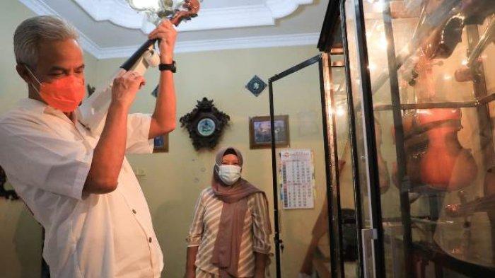 Ganjar Kunjungi Rumah Mbah Min, Pembuat Biola Berbahan Bambu Asal Kudus