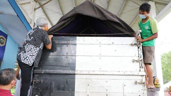 Pak Ganjar Panjat Truk Saat Cek Posko Perbatasan Ajibarang Guna Pastikan Tak Ada Penumpang Gelap