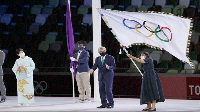 Gubernur Tokyo Yuriko Koike (kiri) setelah menyerahkan bendera Olimpiade disaksikan Presiden IOC Thomas Bach (tengah) kepada Anne Hidalgo (62), Wali Kota Paris (kanan) sebagai penyenggara Olimpiade 2024 (ke-33) di Paris.