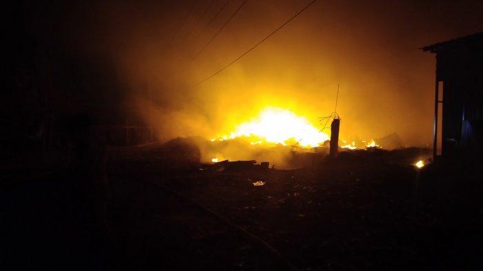 UPDATE Kebakaran di Ngaliyan Semarang : Api Belum Padam, Petugas Damkar Kesulitan Air