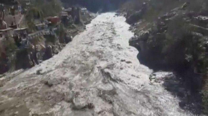 Gunung es atau glester Himalaya longsor timpa bendungan di Uttarkhand, India, memicu banjir besar.