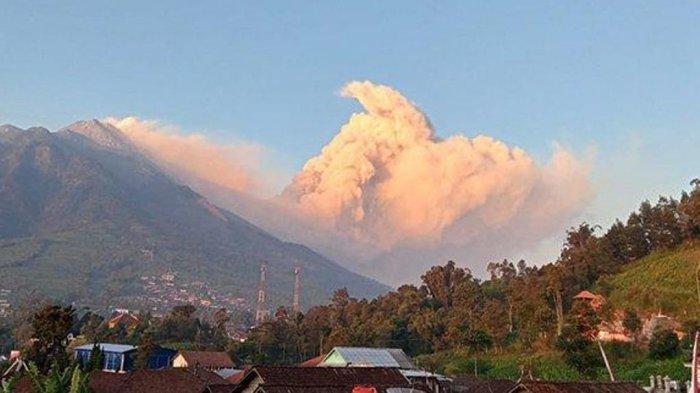 Gunung Merapi Muntahkan Awan Panas Pagi Ini, Hujan Abu Guyur Tlogolele Selo Boyolali