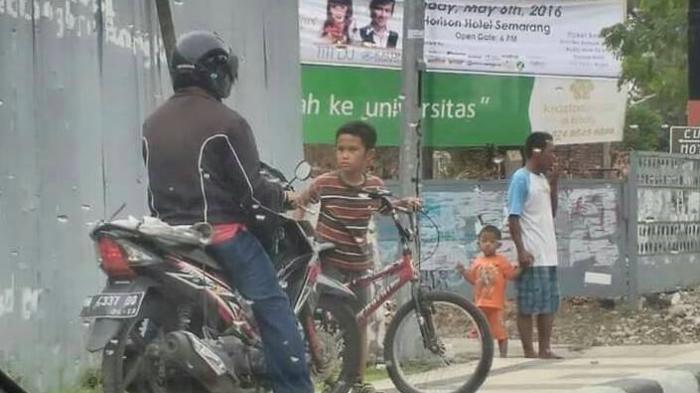 HEBOH ! Aksi Bocah Ini  Menghentikan Pengendara Motor di Jalur Trotoar di Kalibanteng Semarang - hadang-biker_20160418_132902.jpg