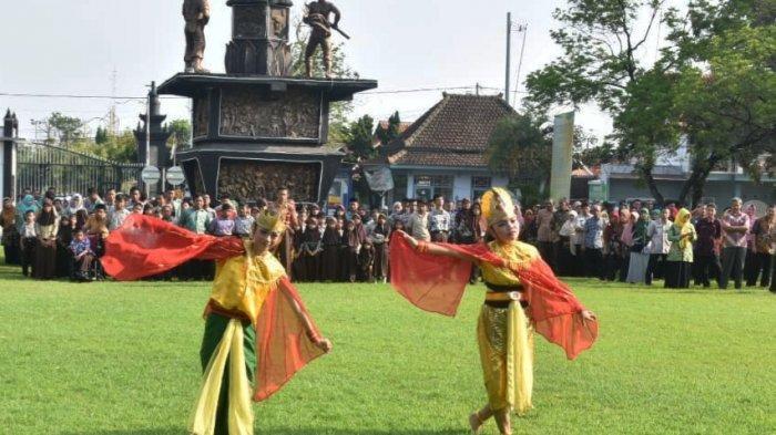 Tari Tradisional yang Dibawakan Siswa SLB Negeri Batang Pukau Bupati Wihaji
