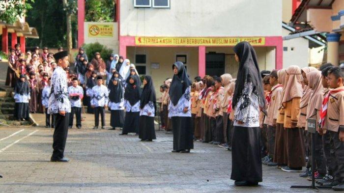 Peringati Hari Guru Nasional, Guru-guru SDIT Cahaya Ummat Jadi Petugas Upacara