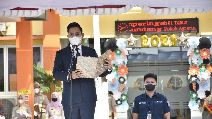 Peringatan HUT Ke-61 UUPA di ATR/BPN Kendal, Bupati Dico Serahkan Sertifikat Tanah