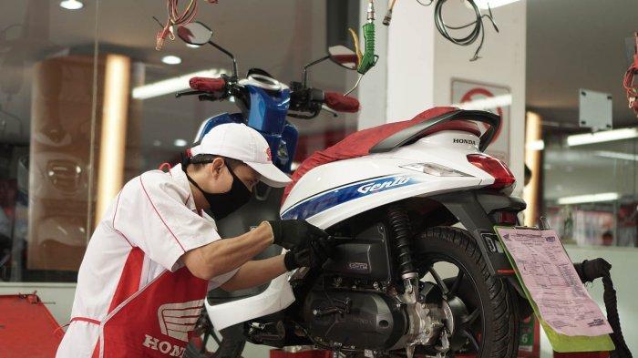 Kegiatan salah satu mekanik AHASS di jaringan Main Dealer PT Daya Adicipta Motora (DAM) sedang melakukan perawatan unit motor milik konsumen.