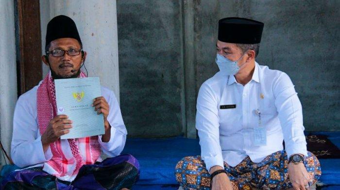 Pelaksana tugas Bupati Kudus HM Hartopo melaksanakan kegiatan safari Jumat  di Masjid Al Nashr di Desa Glagah Kulon, Kecamatan Dawe, Kabupaten Kudus, Jumat, (19/3/2021).
