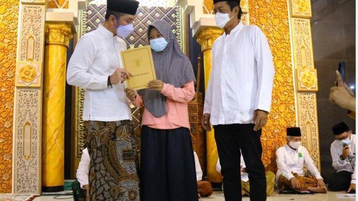 Bupati Kudus, HM Hartopo menyerahkan santunan kepada 237 anak yatim piatu se-kecamatan Bae dan tarawih keliling di Masjid Baitur Rohim, Desa Dersalam, Kecamatan Bae, Senin (26/4/2021) malam.