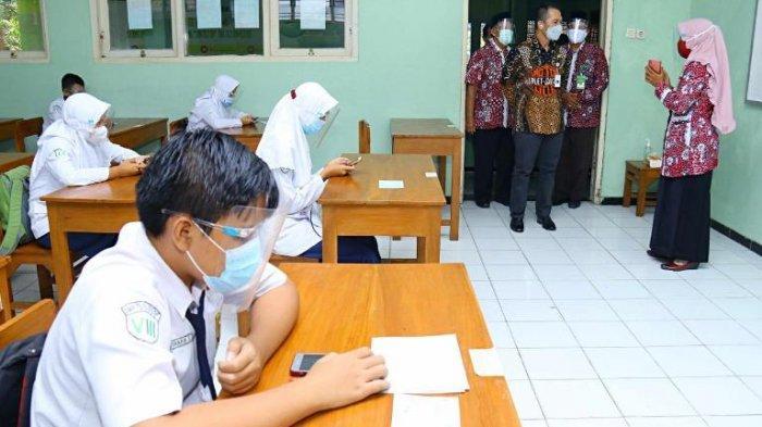 Bupati Kudus Hartopo memantau langsung ujian tatap muka yang telah digelar di SMP 3 Bae, SMP 3 Kudus, dan SMP NU Al-Ma'ruf, Selasa (20/4).