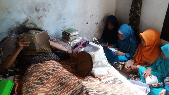 Ingat Ustaz Sugi yang Lumpuh, 18 Tahun Ngajar Ngaji Sambil Berbaring? Kabar Duka Datang Darinya