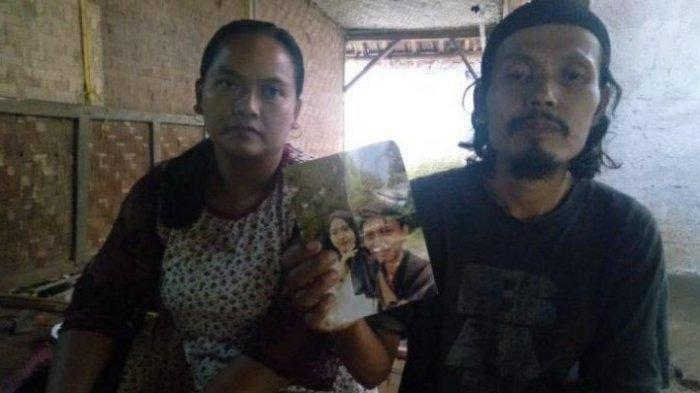 Orangtua Asal Pamijahan, Kabupaten Bogor sedang menunjukkan foto putrinya, Hasanah yang hilang secara misterius