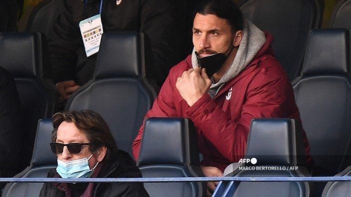Hasil Liga Italia Verona vs AC Milan - Penyerang Swedia AC Milan Zlatan Ibrahimovic menyaksikan pertandingan di tribun selama pertandingan sepak bola Serie A Italia Hellas Verona vs AC Milan yang dimainkan secara tertutup di Stadion Marcantonio Bentegodi di Verona pada 7 Maret 2021.