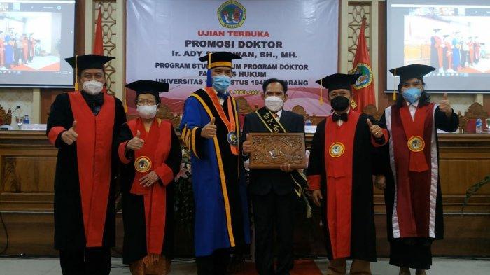 Dekan FH Untag sekaligus ketua tim penguji, Prof Edy Lisdiyono, menyerahkan hasil ujian terbuka program doktoral kepada Ady Setiawan, di ruang sidang lantai II Kampus Untag, Jalan Pemuda, Kota Semarang, Sabtu (3/4/2021).