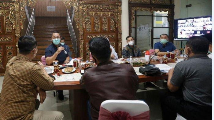 Wali Kota Semarang, Hendrar Prihadi, menghadiri kegiatan monitoring dan evaluasi penanganan Covid-19 di Polrestabes Semarang, Minggu (13/6).