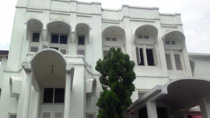 Hotel Candi Baru di Jalan Rinjani No 21, Kelurahan Bendungan, Gajahmungkur, Semarang menempati bangunan era peninggalan Belanda