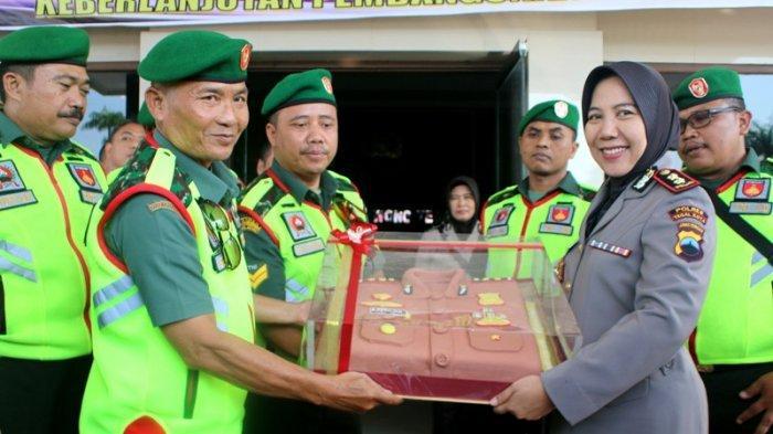 HUT Bhayangkara ke 73, Para Danramil di Kota Tegal Sambangi Polres, Berikan Kue ke Kapolres