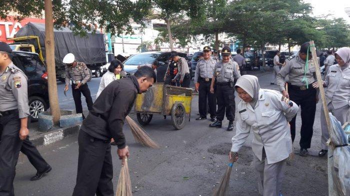 HUT Polri ke-73, Ratusan Anggota Polres Salatiga Bersihkan Sampah di Pasar Pagi