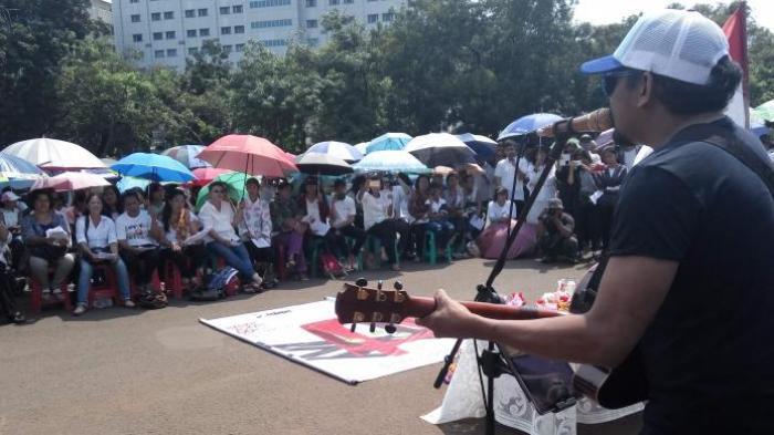 Gereja Disegel, Ratusan Jemaat Memakai Payung Melaksanakan Ibadah Paskah di Seberang Istana Negara