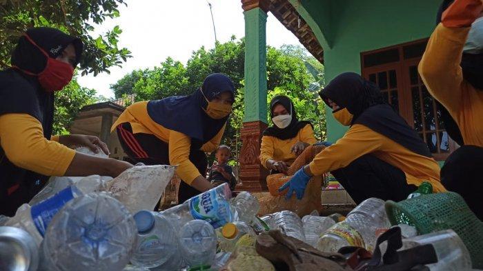Tambah Penghasilan Saat Pandemi, Ibu-ibu Desa Juragan Batang Kelola Bank Sampah