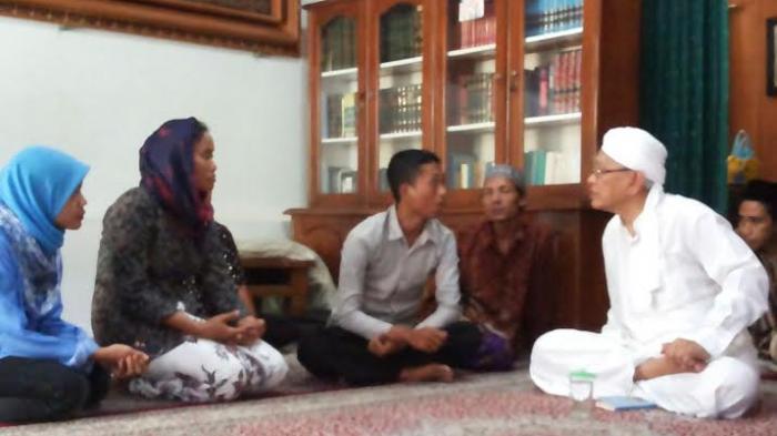 Ibu-ibu Penolak Pabrik Semen di Rembang Sowan ke Gus Mus