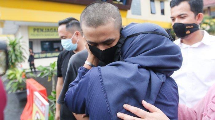 Ibunda Alpin Andrian (24), tersangka penusuk Syekh Ali Jaber, mencium putranya sesaat setelah keluar ruang penyidik Polresta Bandar Lampung, Senin (21/9/2020). Fakta Baru Penusukan Syekh Ali Jaber, Pelaku Alpin Andrian Sampaikan Maaf ke Korbannya.