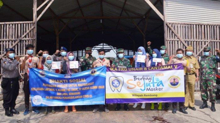 Ikatan Alumni Fakultas Kedokteran Gigi (IKA FKG) Universitas Airlangga (Unair) Surabaya bersama Pangkalan Utama TNI AL V Surabaya membagikan belasan ribu masker di Pelabuhan Tasikagung Rembang, Senin (9/11/2020).
