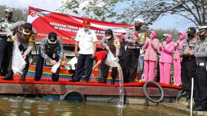 HUT Ke-75 RI, Polres Tegal Tebar 10 Ribu Benih Ikan di Waduk Cacaban