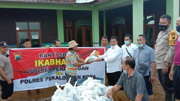 Ikatan Keluarga Bhayangkara Emas Pekalongan Bagikan Bantuan Ke Korban Banjir