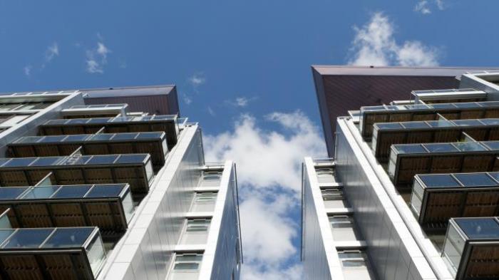 Seorang Pegawai Kedai Kopi Loncat dari Lantai 5 Apartemen, Sempat Berpegangan pada Balkon