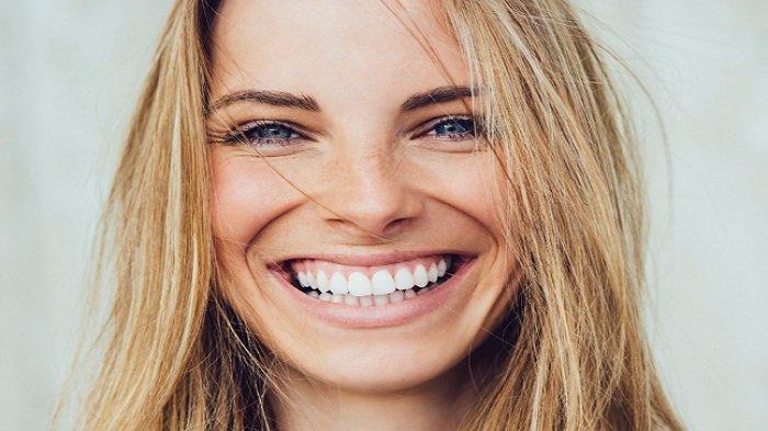 Tips Rapikan Gigi Tanpa Perlu Pasang Behel, di Antaranya Gunakan Lidah