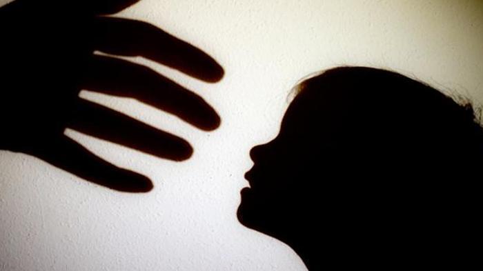 Terekam CCTV, Sambil Nyanyi Pengasuh Cekik dan Banting Anak Majikan, Wajahnya Kini Viral