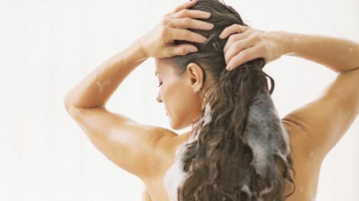 Mitos atau Fakta Keramas dengan Air Hangat Bikin Rambut Rontok? Simak Penjelasan Dokter