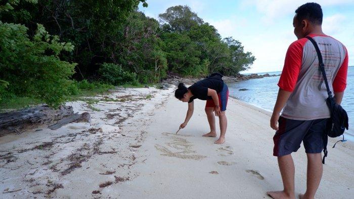 Puluhan Wisatawan Didenda Setelah Ketahuan Ambil Pasir Putih & Kerang dari Pantaiuntuk Souvenir