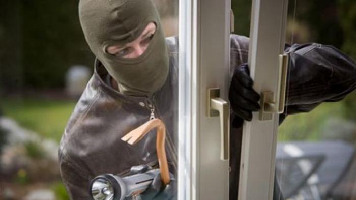 Maling Ketuk Pintu dan Matikan Listrik agar Penghuni Rumah Keluar lalu Beraksi Todongkan Pisau