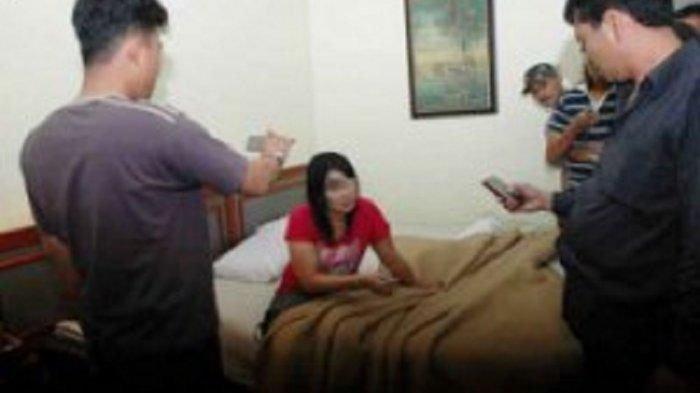 Selingkuh di Vila Dipergoki Suami, Seorang Istri Diarak Menuju Kantor Polisi