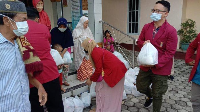 IMM kedokteran Dan PC IMM Banyumas membagikan bantuan Sembako untuk disalurkan ke Masyarakat, Selasa (12/5/2021).
