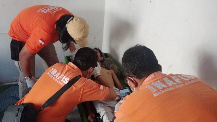 Inafis Polrestabes Semarang lakukan pemeriksaan luar tubuhCahyo Adi Saputro (29) setelah ditemukan gantung diri dikamar rumah jalanJolotundo Kelurahan Sambirejo, Kecamatan Gayamsari, Semarang.